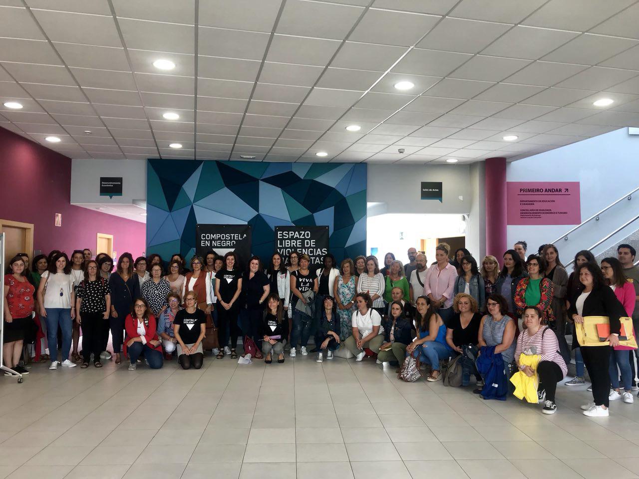 Participantes na primeira xuntanza 'En negro contra as violencias'