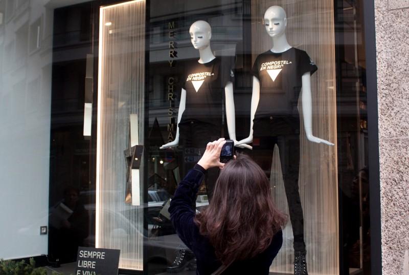 Escaparate de Zara colaborando coa campaña Compostela en Negro - Uqui.net